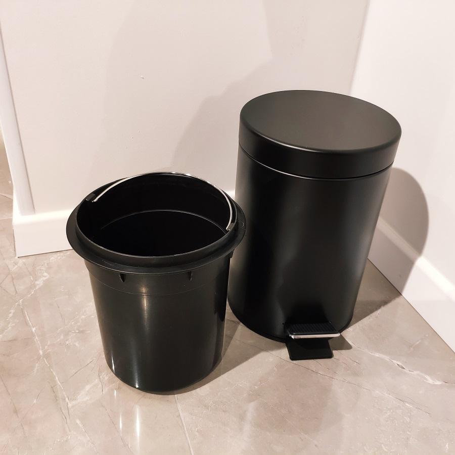 פח אשפה שחור לשירותים