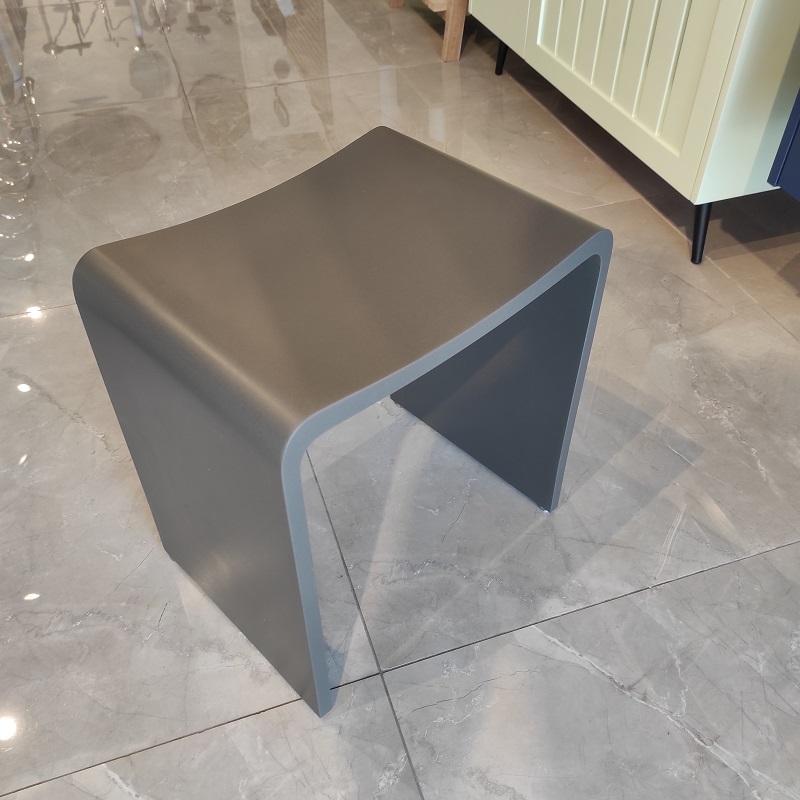 """כסא למקלחון מעוצב אבן קוריאן בטון כהה 40/30 ס""""מ"""